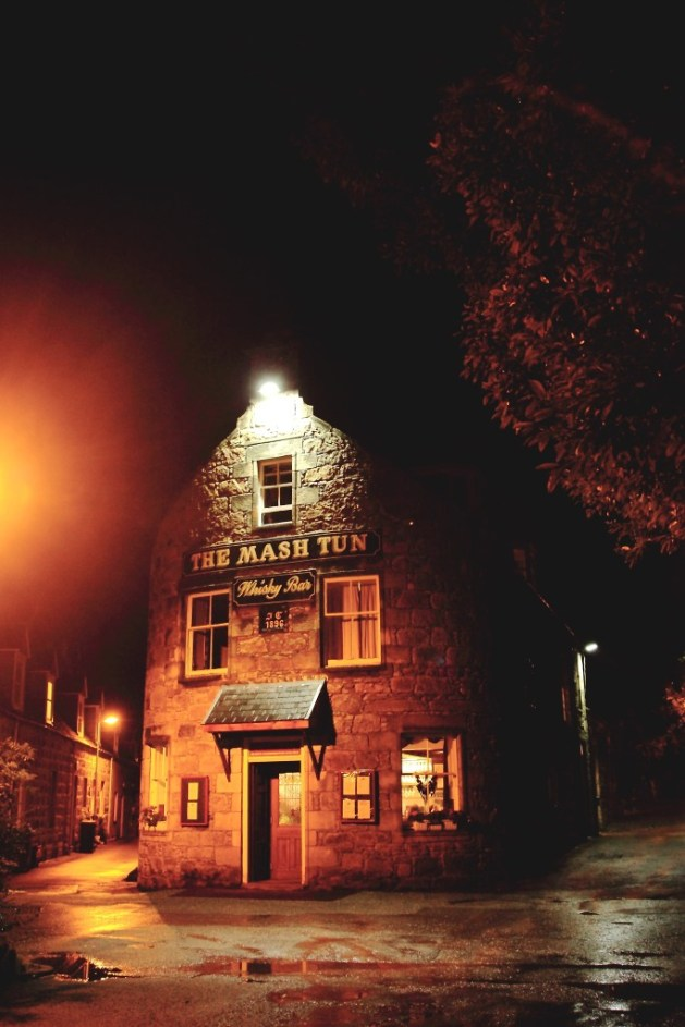 Das Mash Tun ist ein gemütlicher Pub mit vielen Whiskys und ein Highlight der Speyside Route
