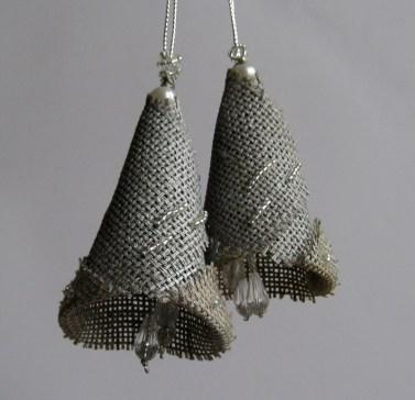 Елочные украшения Колокольчики сделаны из льна и бисера