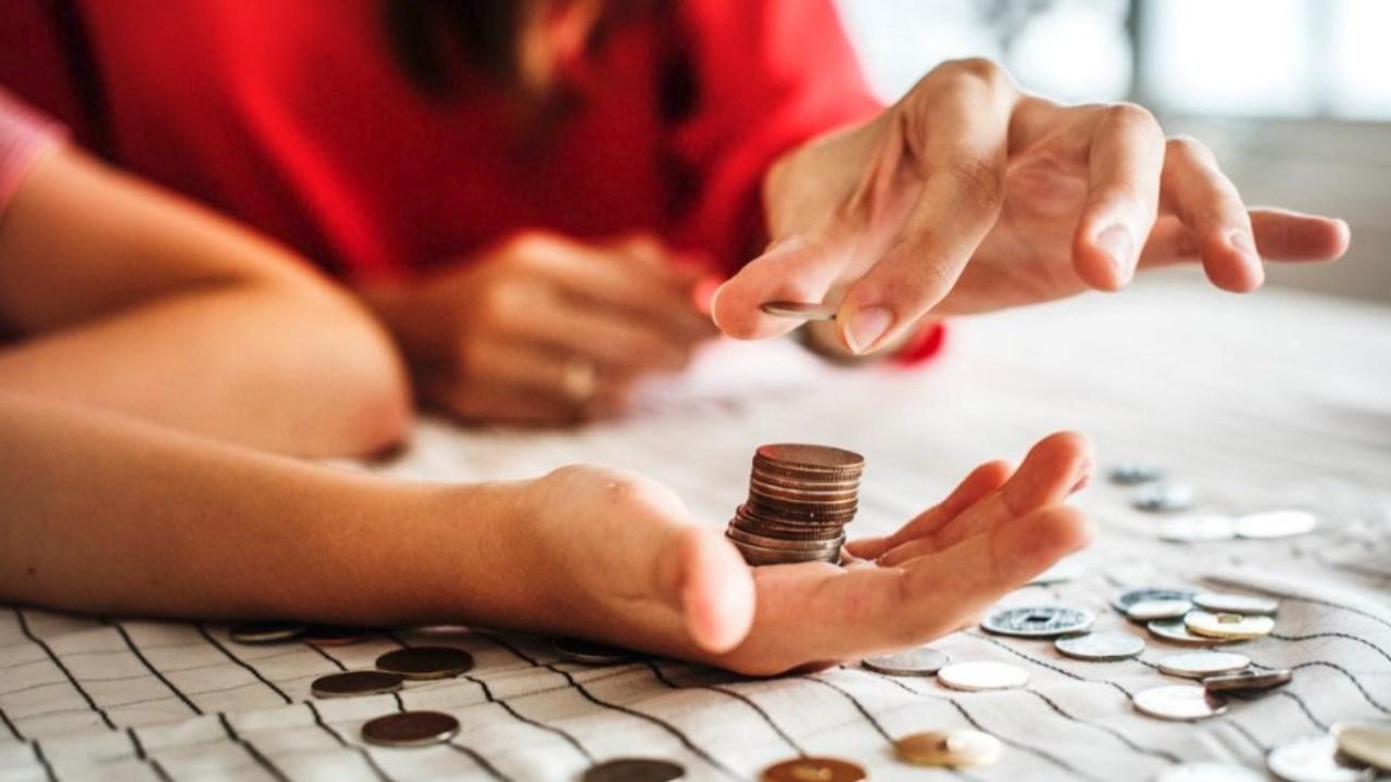 お金を数える画像