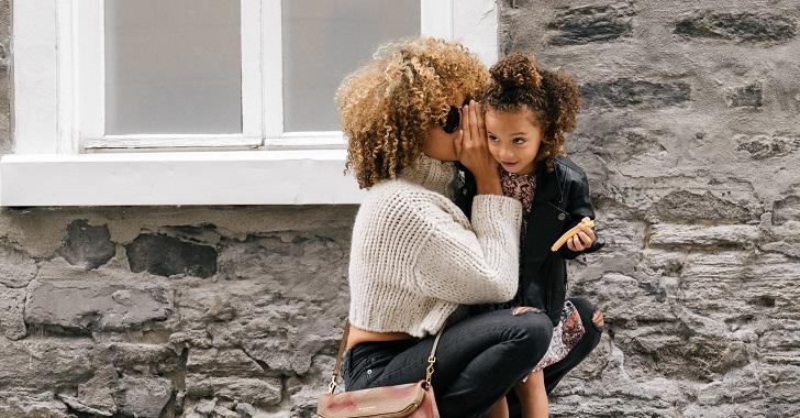 母親と娘がナイショ話をしている画像