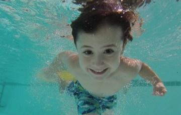 泳いでいる男の子の画像