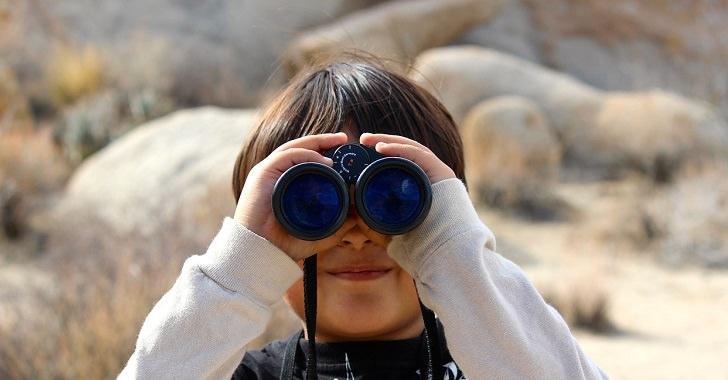 双眼鏡を構える少年
