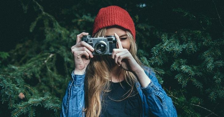 カメラを向ける女性の画像