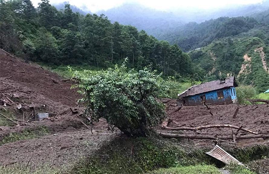 सिन्धुपाल्चोकको लिदि लामा टोलमा पहिरो जाँदा १३ घर पुरिए ५ घरका सदस्य सम्पर्कविहीन