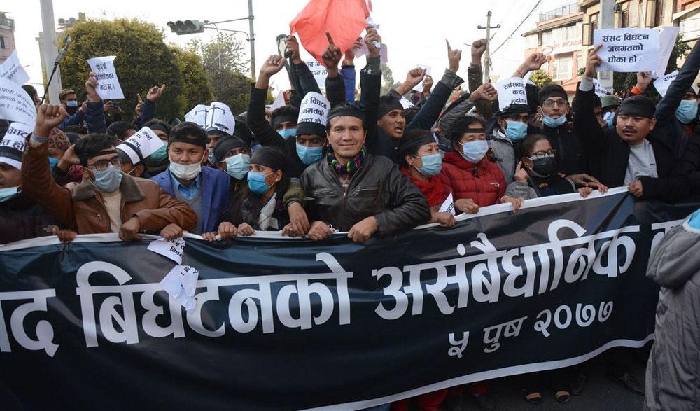 प्रधानमन्त्री केपी शर्मा ओलीले संसद विघटन गरेको विरोधमा विभिन्न पार्टी र उनीहरुका भ्रातृ संगठनले विरोध प्रदर्शन