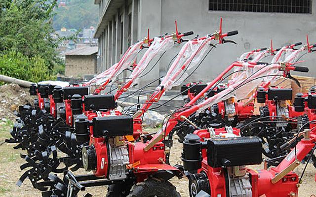 व्यावसायिक किसानलाई ५० प्रतिशत अनुदानमा हाते ट्र्याक्टर वितरण