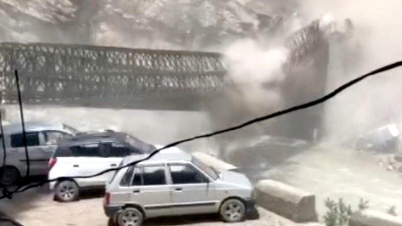 गुडिरहेको गाडीमा ढुङ्गा खस्दा नौ जना पर्यटकको मृत्यु