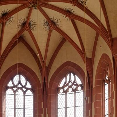 Gewölbe und Maßwerk hinter Orgel