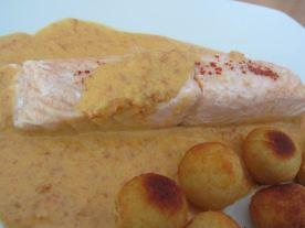 Le saumon nappé de sauce chorizo avec comme accompagnement des pommes noisettes