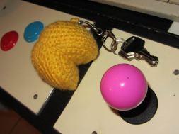 Un autre détail qui a son importance : le porte-clé PAC-MAN, réalisé par les mimines de Flora :)