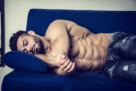 Schlafender Bodybuilder