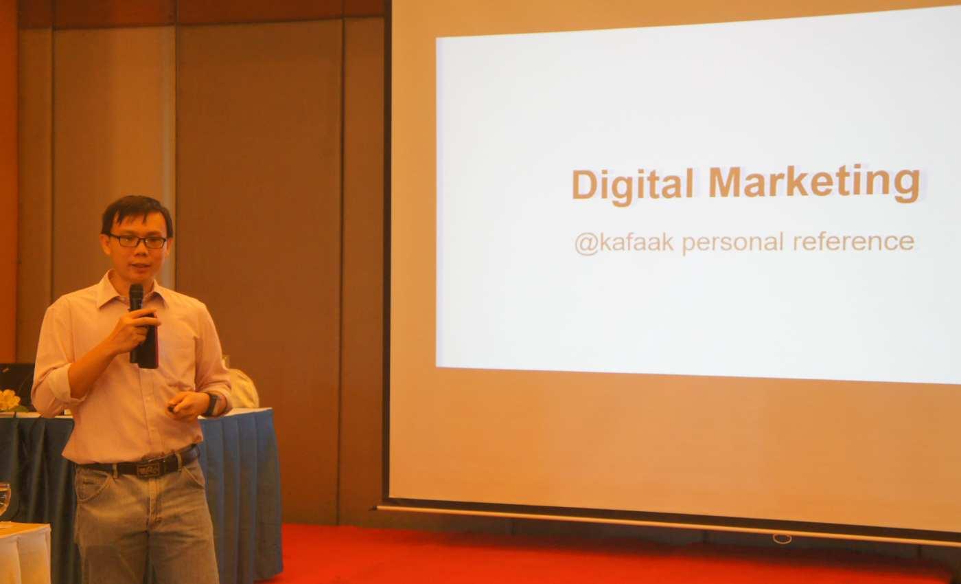 นายกาฝากกำลังบรรยายเรื่อง Digital Marketing ให้กับผู้เข้าร่วมบรรยายได้ฟัง เมื่อ พ.ศ. 2557 จัดโดย NSTDA Academy