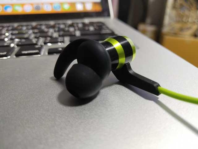 ตัวหูฟังเป็นอลูมิเนียม ส่วนไดรเวอร์ของหูฟังเป็นไททาเนียมเลย