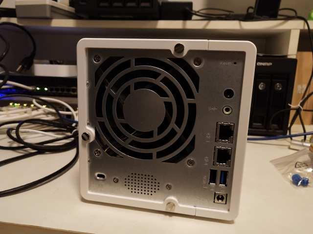ด้านหลังของ QNAP TS-328 มีพอร์ตเชื่อมต่อที่จำเป็นสำหรับ NAS ครบเครื่อง ขาดก็แค่ HDMI ที่พวกรุ่นใหญ่เขามี