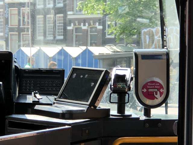 วิธีการจ่ายค่ารถ Tram ในอัมสเตอร์ดัม มีสองแบบ คือใช้ OV-chipkaart หรือจ่ายด้วยบัตรเครดิต (ดีตรงที่ไม่ต้องกด PIN ไม่งั้นก็บรรลัยอีกรอบแล้วครับผม)