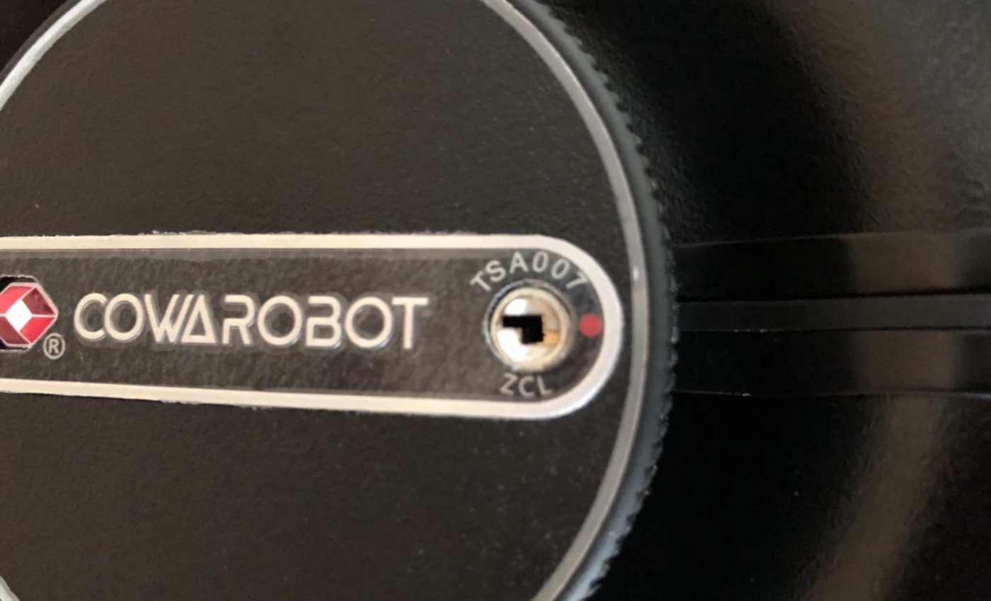 ตัวล็อกใดที่เป็น TSA-compliant มันจะมีสัญลักษณ์รูปเพชรสีแดง มีรูกุญแจที่เขียนว่า TSA แล้วก็รหัส Master key สามหลัก