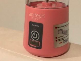 ตัวฐานของเครื่องปั่นน้ำผลไม้พกพา anitech SBD20 มีพอร์ต Micro USB เอาไว้ชาร์จแบตเตอรี่ ไฟ LED บอกสถานะ และมีคู่มือการใช้งานเพื่อปั่นน้ำผลไม้ติดเป็นสติกเกอร์อยู่ด้วย