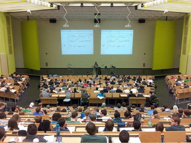 อาจารย์กำลังบรรยายที่หน้าห้องของมหาวิทยาลัยแห่งหนึ่ง