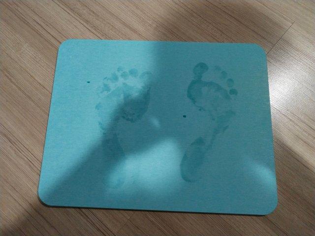 เท้าเปียกๆ เหยียบลงไปปุ๊บ มันจะซับน้ำออกจากเท้าเรา ไปเป็นรูปรอยเท้าแบบนี้เลย