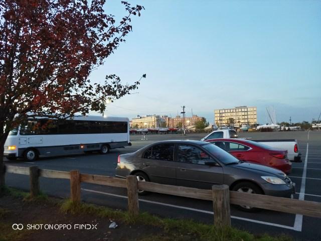 จริงๆ จัด Shuttle bus มารอลูกค้าได้สบายๆ นะ ที่จอดรถเพียบเหอะ