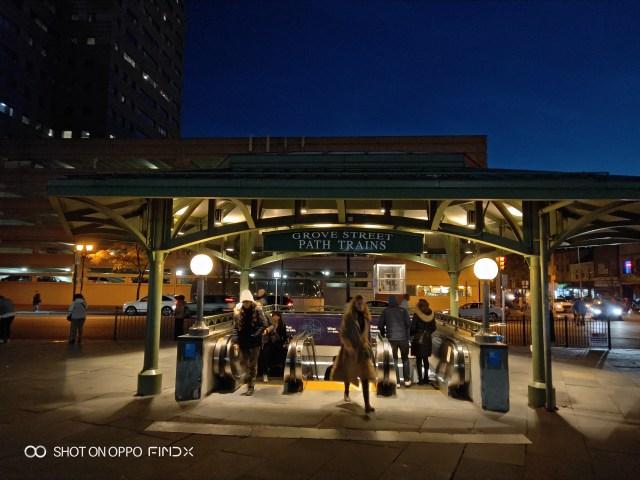 หน้าสถานีรถไฟฟ้า PATH ที่ Grove Street รัฐนิวเจอร์ซีย์
