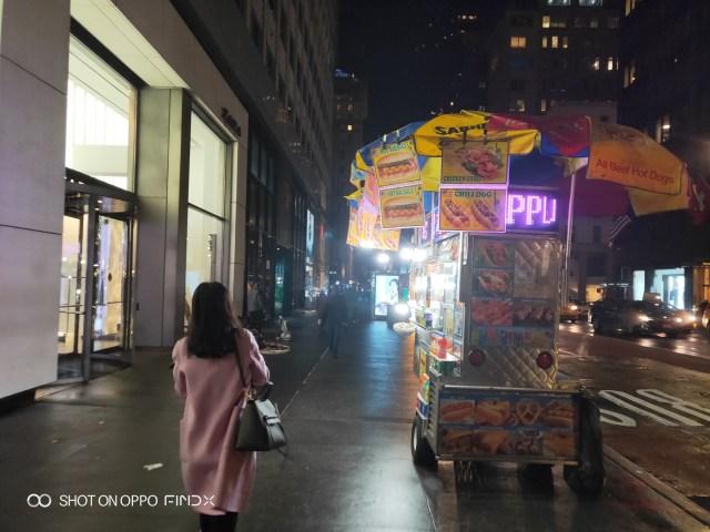 ภาพบรรยากาสริมถนน มหานครนิวยอร์ก มีร้านฮอทด็อกข้างทางที่เรามักจะเห็นตามภาพยนตร์