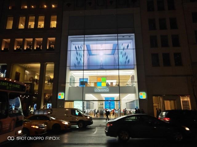หน้าร้าน Microsoft Store ยามค่ำ ในประเทศไทยคงยังไม่ได้เห็นร้านแบบนี้ในเร็ววันนี้