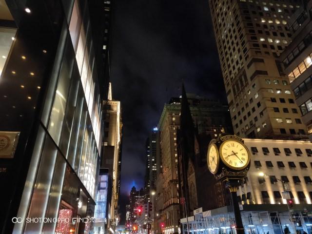 ภาพบรรยากาศของท้องถนนยามค่ำ ในมหานครนิวยอร์ก