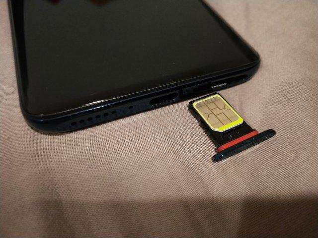 ถาดใส่ซิมของ OPPO Find X เป็นแบบที่ใส่ซิมสองซิม ประกบสองด้าน แต่งวดนี้ไม่มีให้ใส่ MicroSD card แล้ว