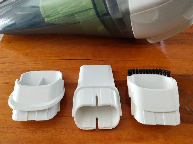 หัวสำหรับต่อกับเครื่องดูดฝุ่น มีมาให้สามแบบ (จากซ้ายไปขวา) คือ แบบดูดน้ำ, แบบดูดฝุ่นเฉพาะจุด และ แบบปัดฝุ่นไปพร้อมๆ กับดูดฝุ่น