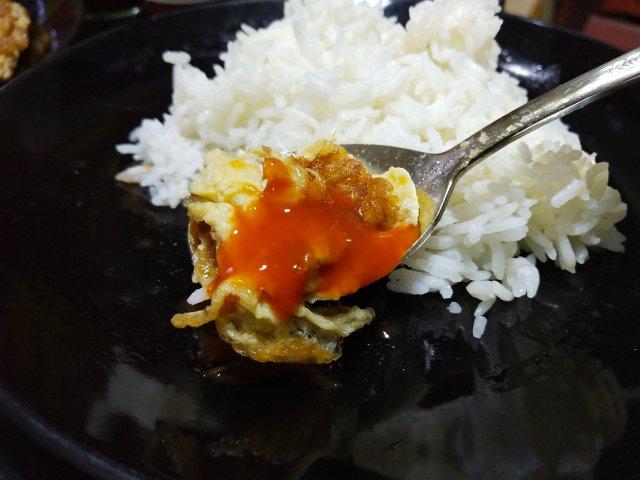 ข้าวไข่เจียวกับซอสพริกศรีราชา ช้อนกนก