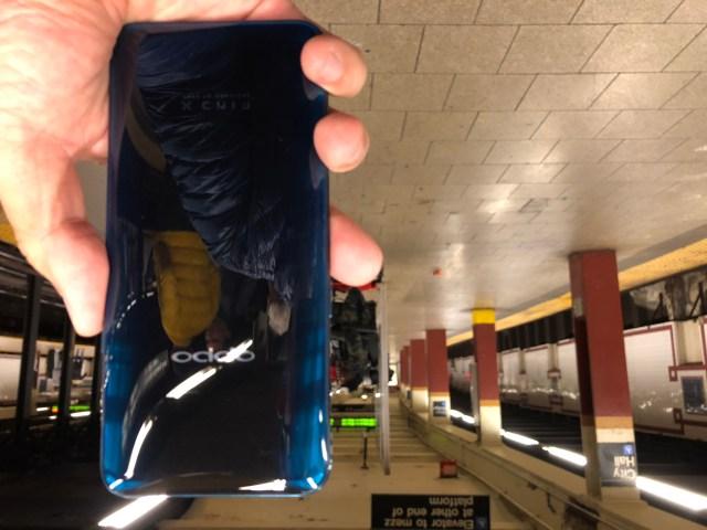 ด้านหลังของ OPPO Find X เป็นดีไซน์กระจกโค้งมน สวยงามมาก