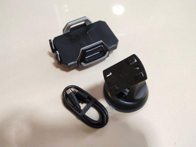 อุปกรณ์ทั้งหมดที่มี ได้แก่ ตัวจับสมาร์ทโฟนที่มี Wireless charger ในตัว ขาตั้งยึดกับรถยนต์ และสาย USB Type-C