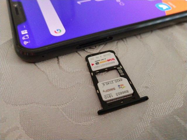 ถาดใส่ซิมของ ASUS Zenfone 5z ใส่ได้ 2 ซิมแบบนาโน หรือจะเลือกเอา MicroSD card ใส่แทนซิม 2 ก็ได้