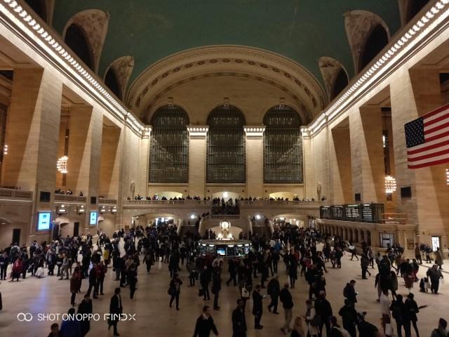 เห็นลิบๆ ด้านโน้นไหมครับ นั่นแหละ Apple Store สาขา Grand Central