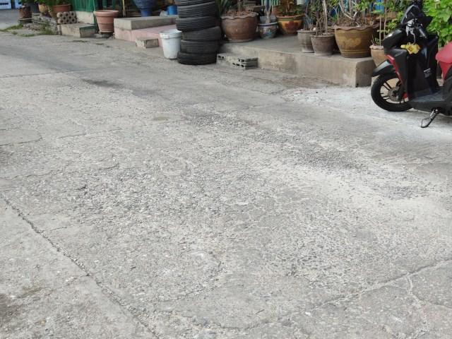 พื้นผิวถนนขรุขระแบบนี้ ถ้าเจอสกู๊ตเตอร์ไฟฟ้าล้อเล็กๆ และมีโช้กที่ไม่ดี ขี่ผ่านทีสั่นเป็นเจ้าเข้า