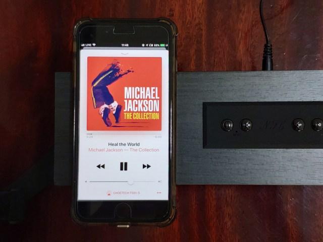 iPhone 8 Plus กำลังเปิดเพลง Heal the World ของไมเคิล แจ็กสัน ระหว่างที่ชาร์จไร้สายไปด้วยลำโพง CHOETECH TS561-S