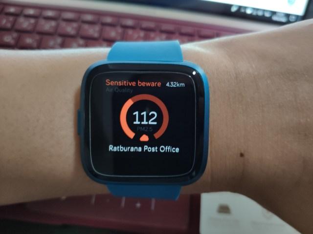 หน้าจอของ Fitbit Versa Lite Edition แสดงข้อมูลค่าคุณภาพของอากาศ แสดงตัวเลขเป็น 112