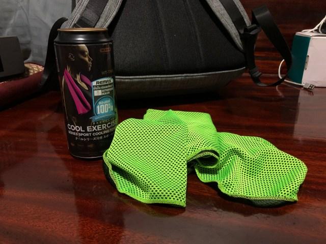 ผ้าเช็ดตัวผืนสีเขียวมะนาว กับกระป๋องสำหรับใส่ผ้าเช็ดตัว