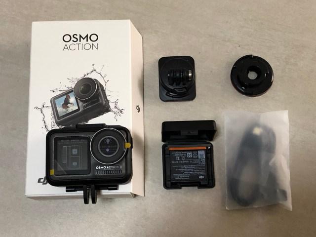 กล่อง DJI Osmo Action และอุปกรณ์ภายในกล่อง ได้แก่ตัวกล้อง ตัวยึดกล้อง แบตเตอรี่ และสายชาร์จ