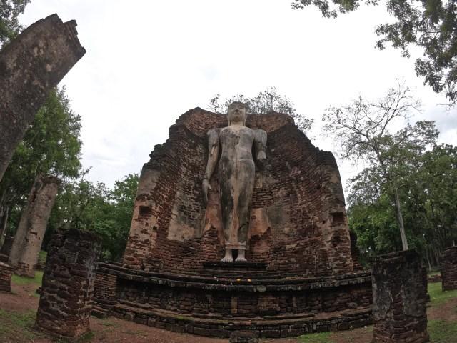 โบราณสถานที่เป็นพระพุทธรูปปางยืน ณ อุทยานประวัติศาสตร์กำแพงเพชร