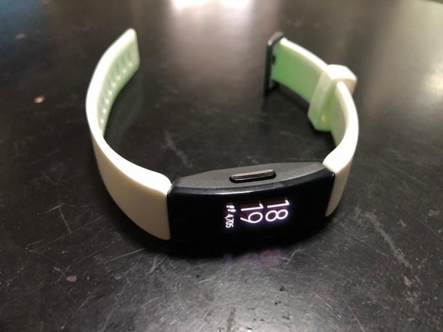 Fitbit Inspire HR กำลังบอกเวลา 18:19 และนับก้าวไปแล้ว 4,750 ก้าว