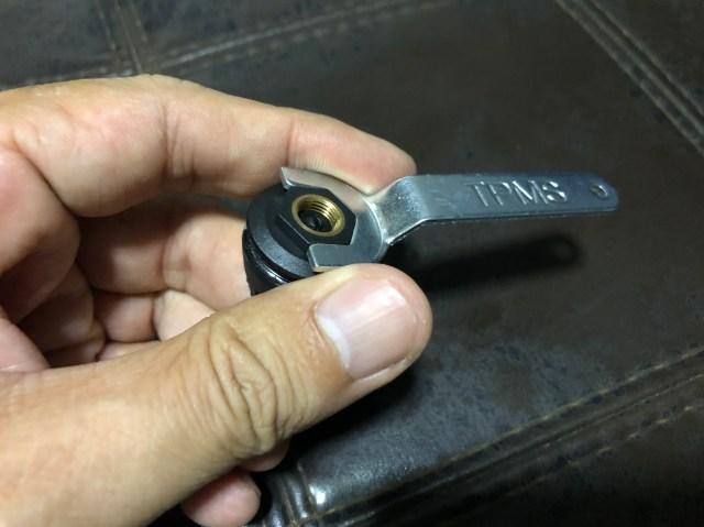 ประแจหกเหลี่ยม นอกจากเอาไว้ขันแหวนล็อกแล้ว ยังเอาไว้แกะฝาจุกเพื่อเปลี่ยนถ่านด้วย