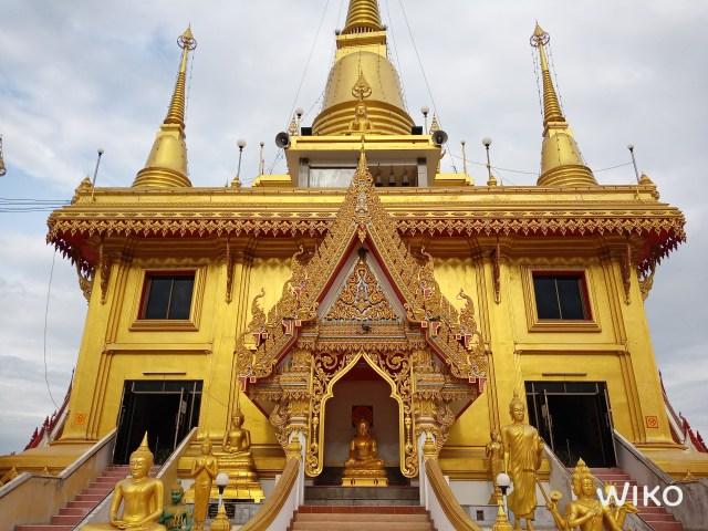 ภาพถ่ายวิหารภายในวัด ด้วยกล้องมุมมองปกติ วิหารเป็นสีเหลืองทองอร่าม