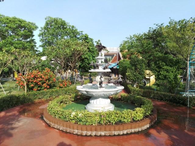 ภาพของน้ำพุในบริเวณสวนที่พัก แถวๆ ศาลพันท้ายนรสิงห์ จ.สมุทรสาคร