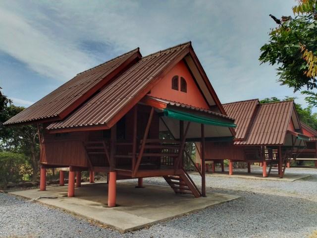 ภาพแบบ HDR ของบ้านพัก 3 หลัง บ้านสีน้ำตาลแดง เป็นแบบชั้นเดียว ยกพื้นบ้านลอย
