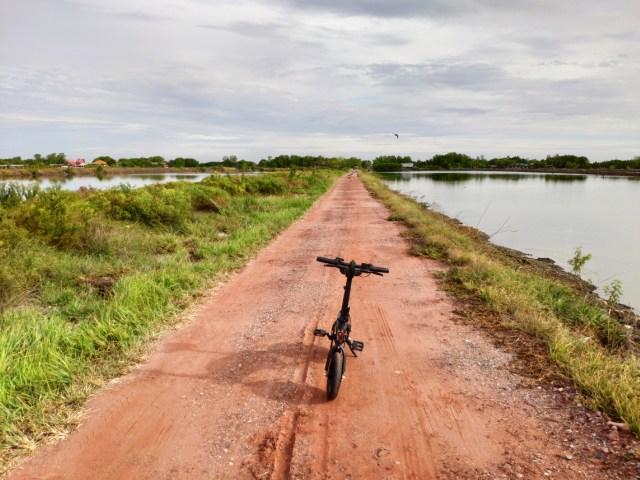 จักรยานไฟฟ้า DYU D2F จอดอยู่บนถนนลูกรัง