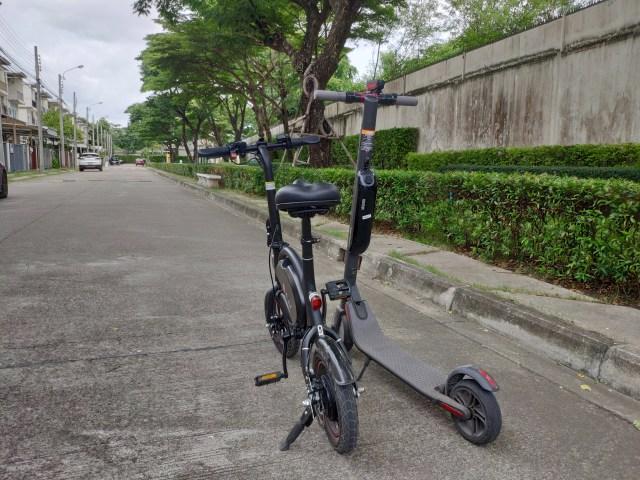 ภาพของจักรยานไฟฟ้า DYU D2F เทียบกับสกู๊ตเตอร์ไฟฟ้า Ninebot Kickscooter ES2