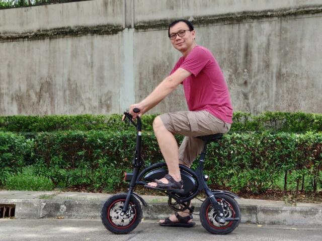 ภาพของผม กำลังขี่จักรยานไฟฟ้าเต๊ะท่าถ่ายรูปอยู่