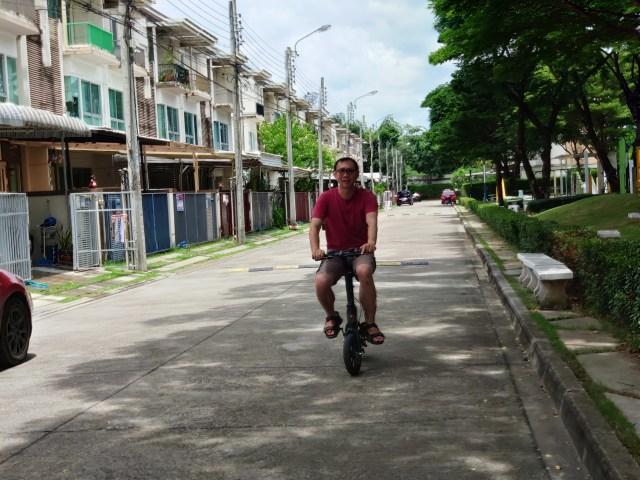 ภาพของผมเอง กำลังใส่เสื้อสีแดง ขี่จักรยานไฟฟ้าอยู่